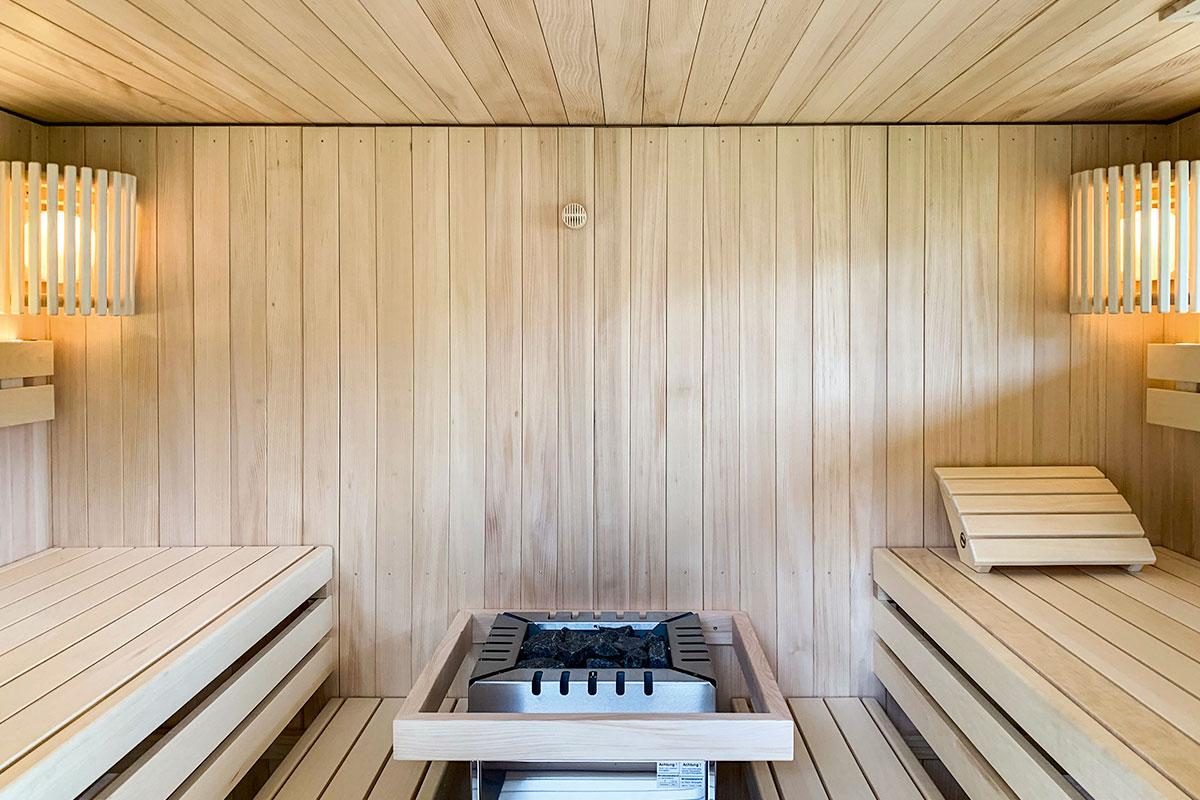 KOERNER Outdoor-Sauna im Garten mit Liegeneinrichtung in vis-a-vis-Anordnung