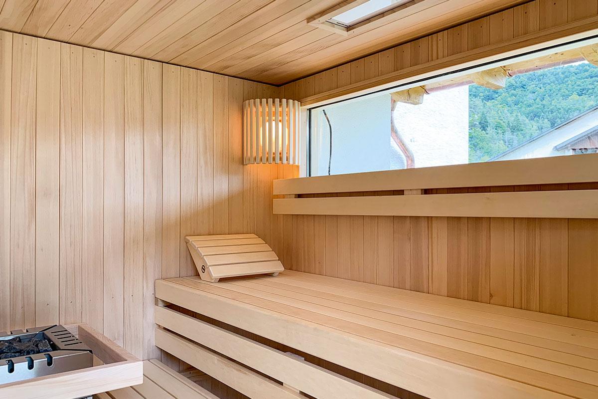Sauna mit Fenster im Garten