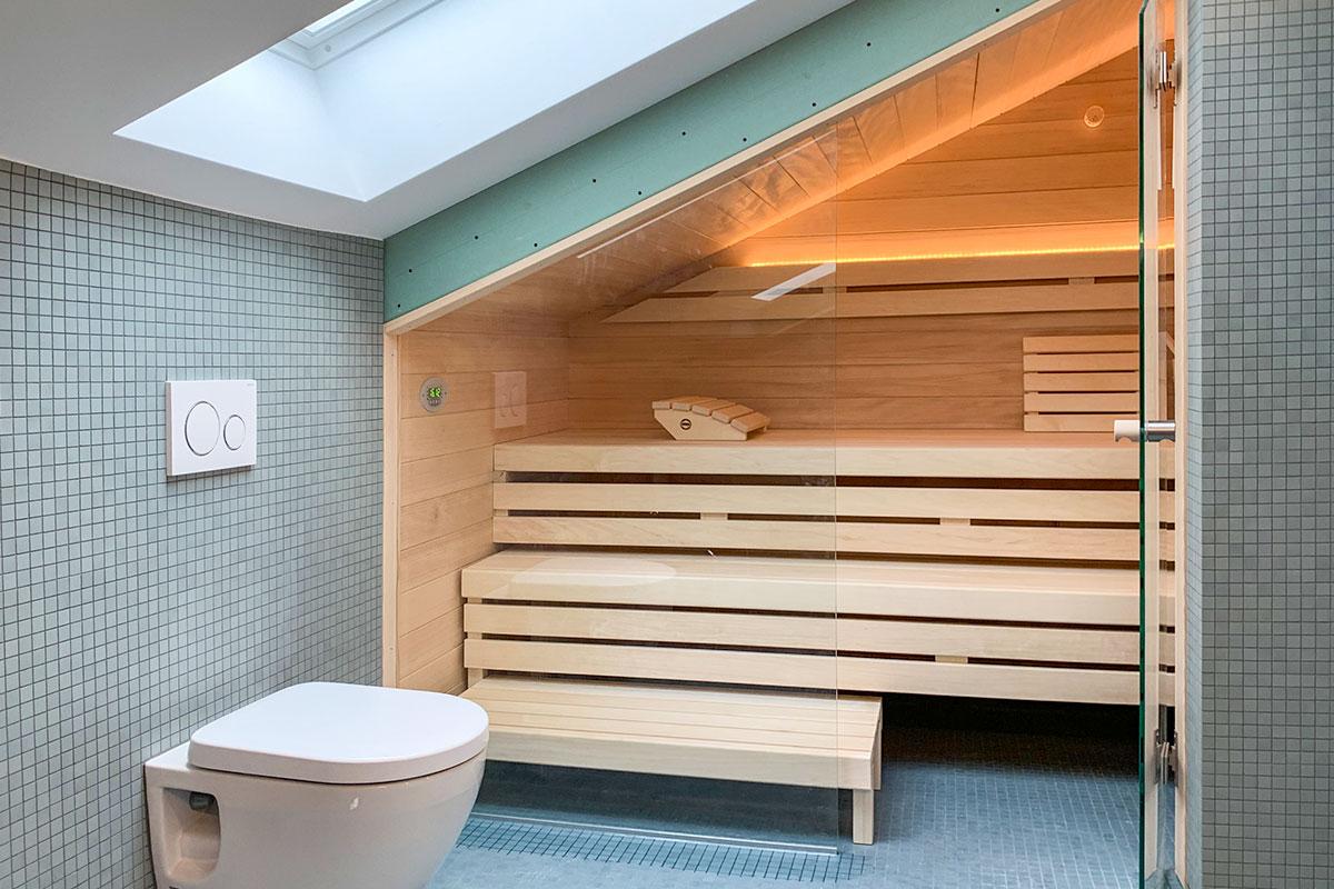 Sauna im Badezimmer mit Dachschräge