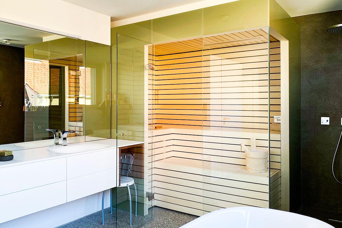 Badezimmer mit KOERNER Sauna mit kompletter Glasverkleidung