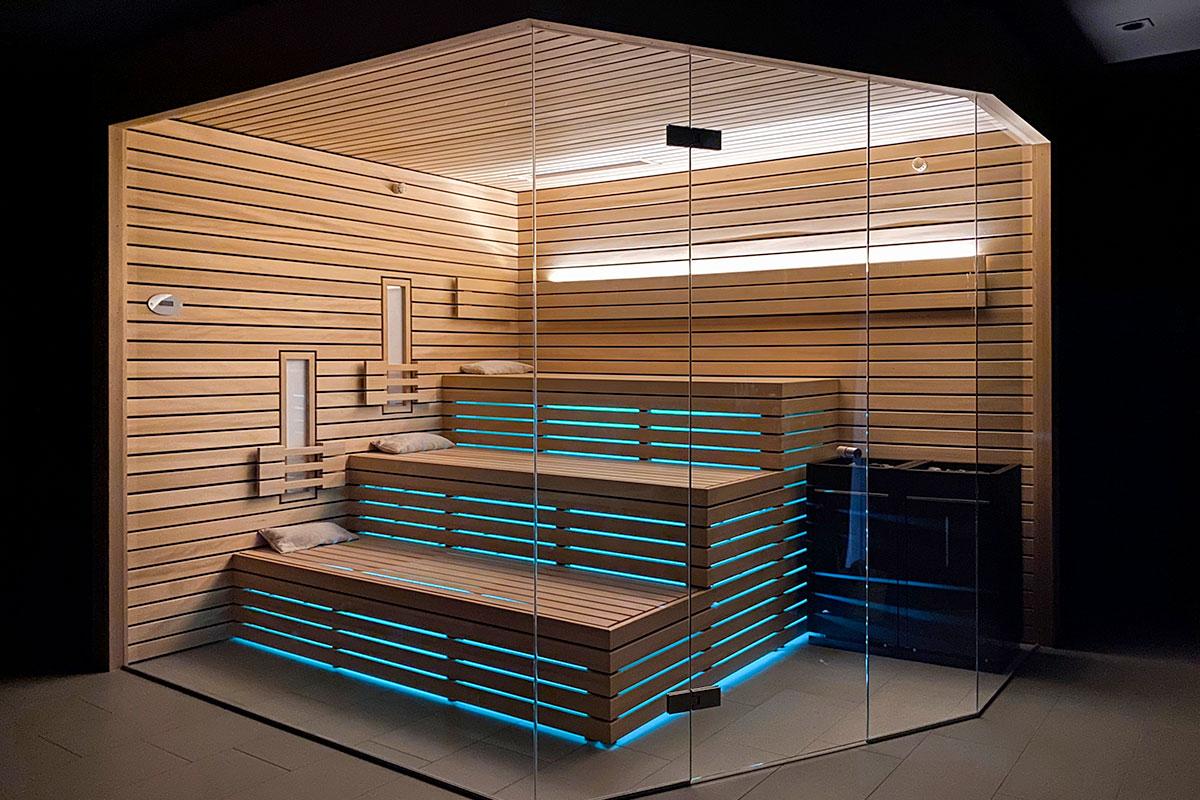 Designsauna mit großer Glasfront und integrierter LED-Beleuchtung