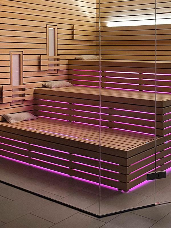 Sauna mit indirekter LED-Beleuchtung und Farblicht