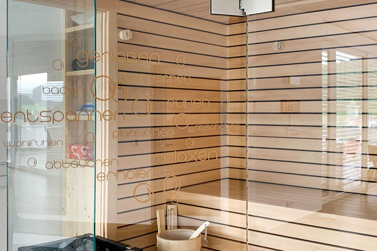 KOERNER Sauna mit Glasfront und Folienbeschriftung