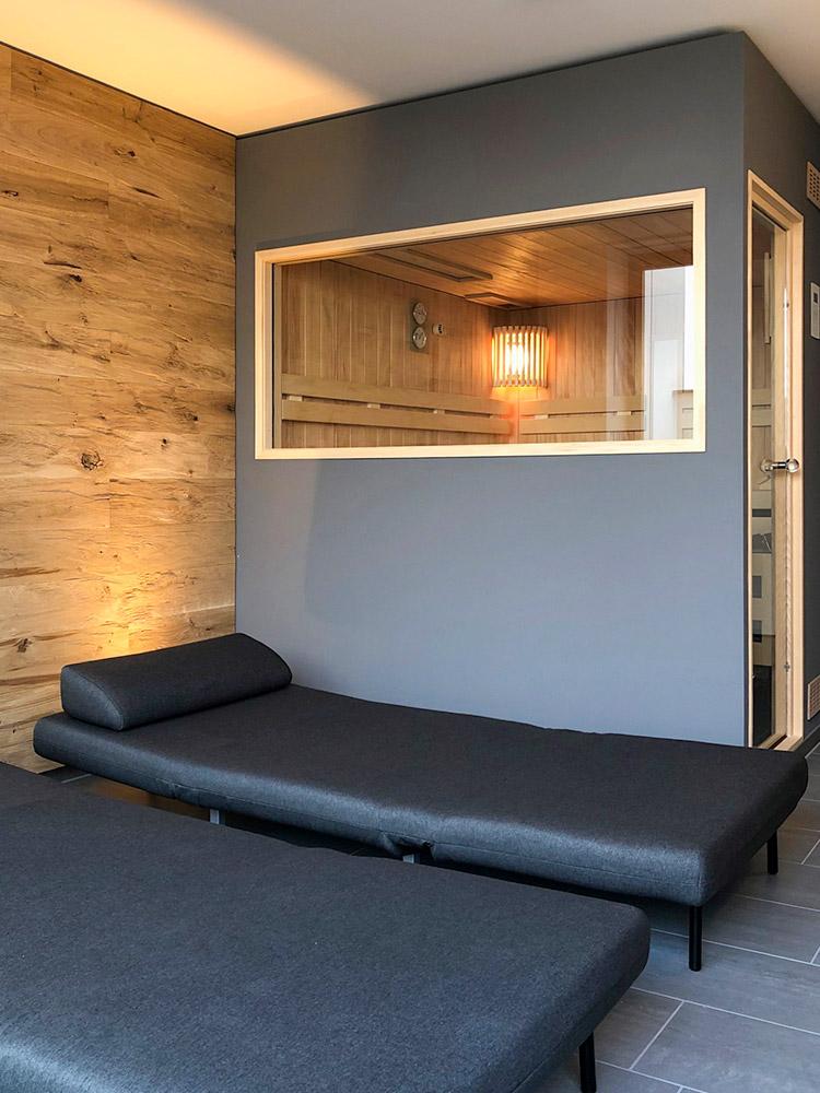 Sauna mit Glastür im Wellnessraum